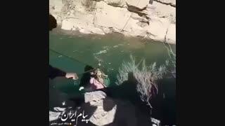 عبور ترسناک از رودخانه به همراه نوزاد